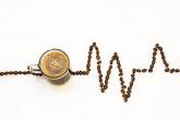 Káva obsahuje kofein, nejrozšířenější drogu na světě.