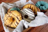 Donuty neboli americké koblihy jsou v lecčems podobné těm evropským.