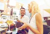 Na první schůzce nejčastěji platí muž, ty ale udělej slušné gesto.