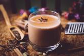 Masala chai je hřejivý nápoj s kořením.