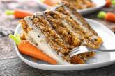 Mrkvový dort je jednoduchý na přípravu a je dokonale vláčný.