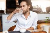 Hipsteři často posedávají v kavárnách.