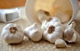Česneková pomazánka je hodně oblíbená pochoutka.