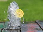 Voda s citrónem ti nezajistí zhubnutí, ale pomůže ti s ním.