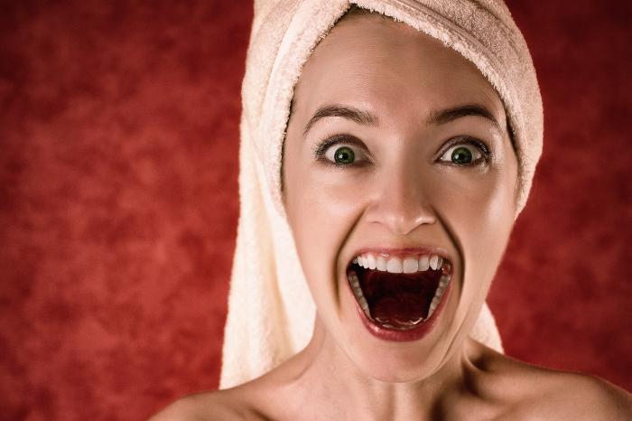 Bílé zuby jsou krásné, ale ne všechny máme odvahu a peníze na profesionální zesvětlení.