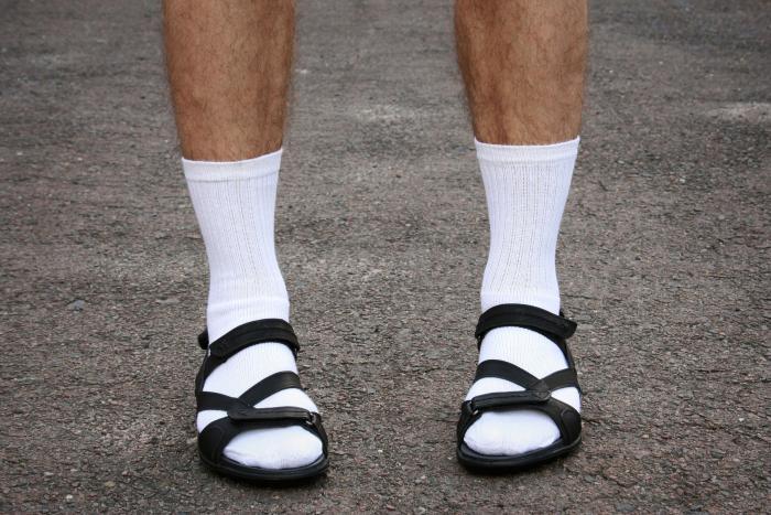 Česká specialita, ponožky v sandálech, nic neřeší. Prostě si upravte nohy a ven s nimi!