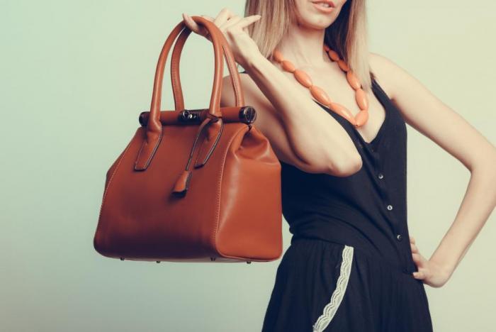 Kožená kabelka vyžaduje péči.
