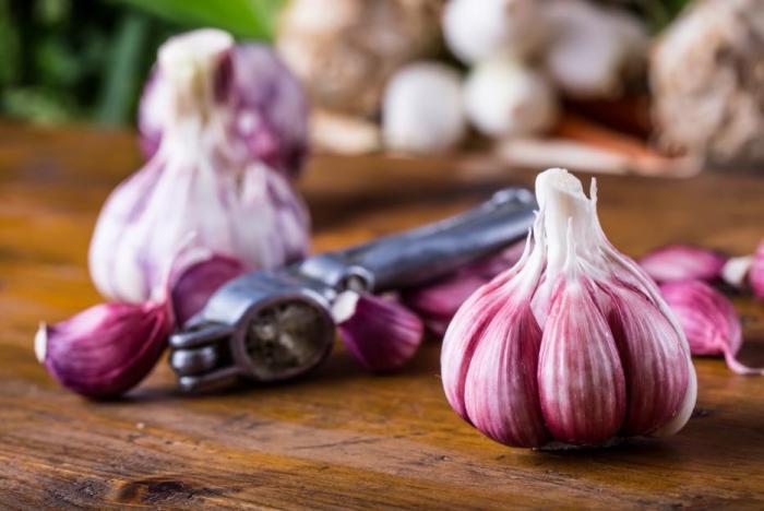 Česnek je zdravý z mnoha důvodů.