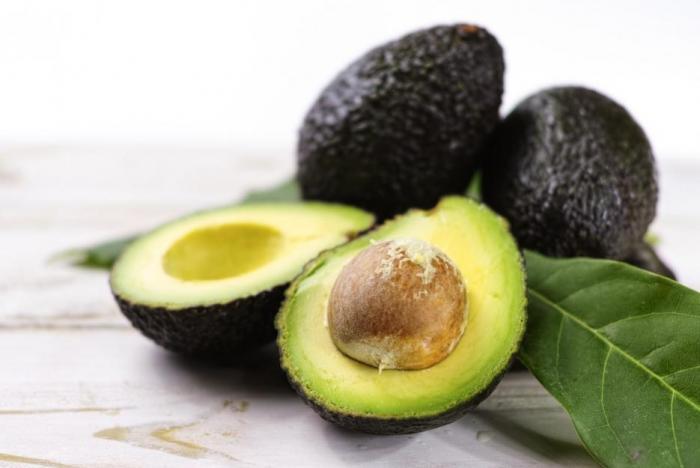 Avokádo je dobrým zdrojem tuků a vlákniny.