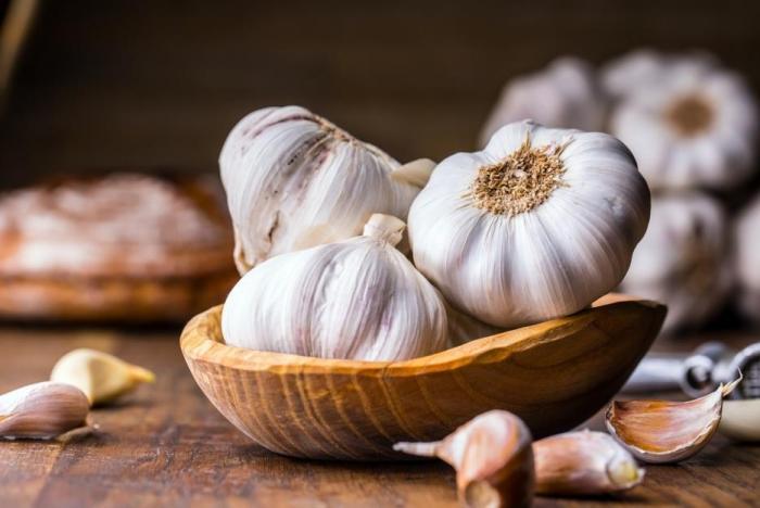 Česnek působí jako přírodní antibiotikum a v kuchyni nachází bohaté využití.