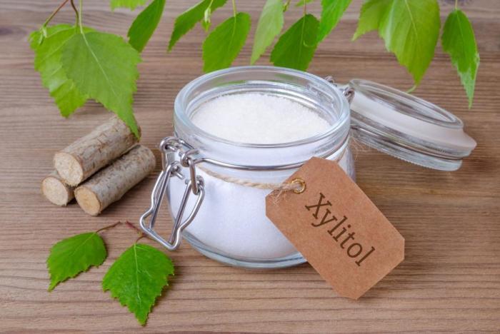 Jedním z přírodních sladidel je xylitol.