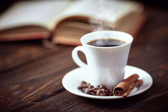 To, jak káva chutná, nezávisí jen na samotné kávě, ale i na barvě hrnečku.