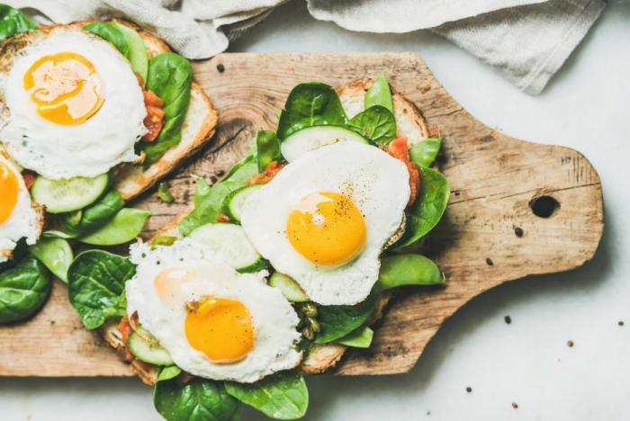Vejce jsou dobrým zdrojem bílkovin a tuků.