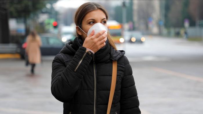Pokud se cítíš nemocně, nos roušku! Nemusíš své okolí ohrožovat, ať už máš cokoli.
