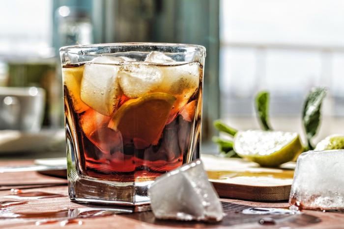 Cuba Libre je nejspíš nejoblíbenější drink s rumovým základem.