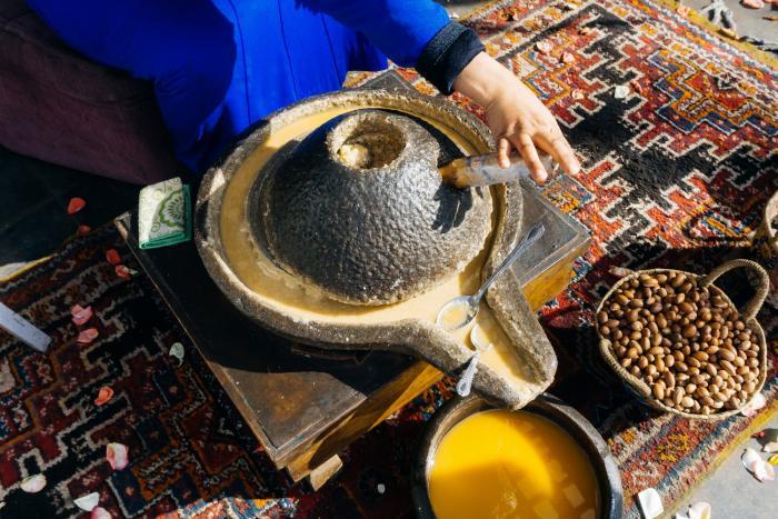 Výroba arganového oleje je docela složitá.
