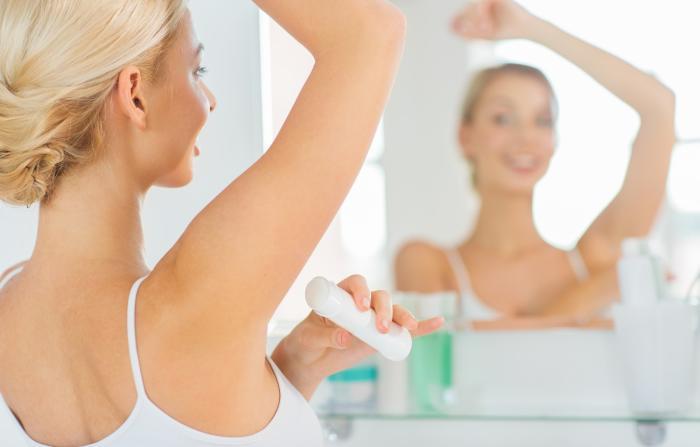Deodorant by dnes neměl chybět ve výbavě žen ani mužů.