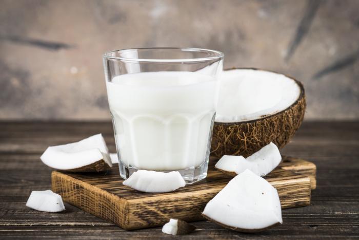 Domácí kokosové mléko je na výrobu velmi jednoduché.