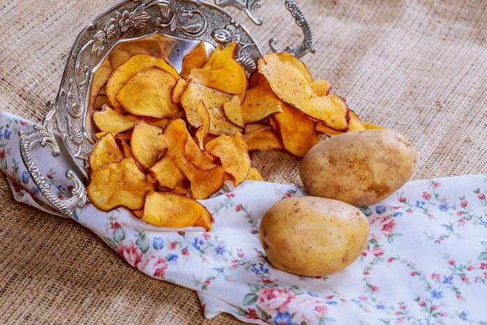Domácí chipsy mohou být zdravější než ty kupované.
