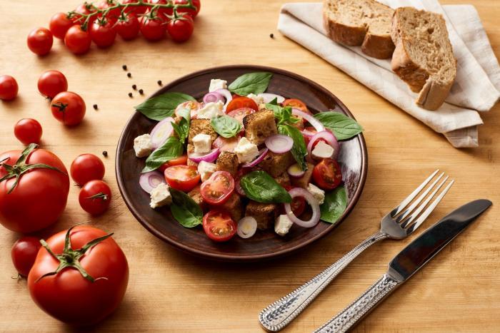 Chlebový salát ti může zpestřit jídelníček.