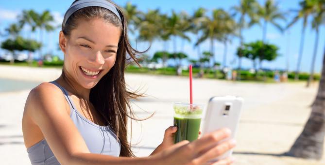 dívka, která si fotí selfie