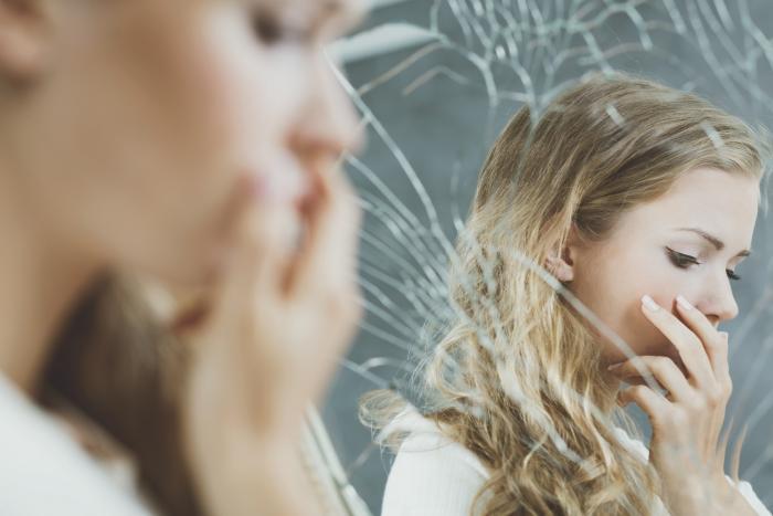 Sebevědomí nám mohou zhatit rodiče nebo spolužáci ve škole. A pak třeba nevhodný partner.