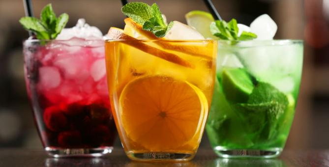 barevné koktejly