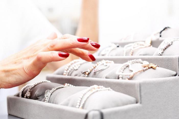 Kompenzovat nevěru kupováním šperků? Zajímavý přístup.