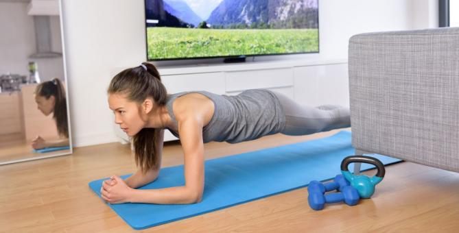 cvičení doma před televizí