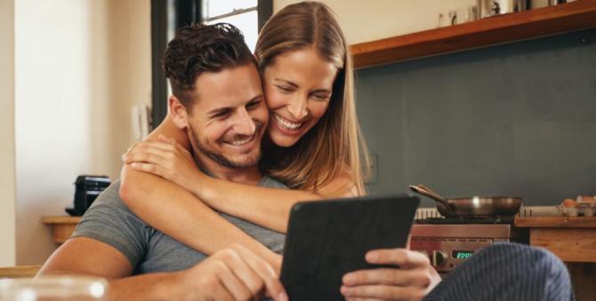 zamilovaná dvojice kouká do tabletu