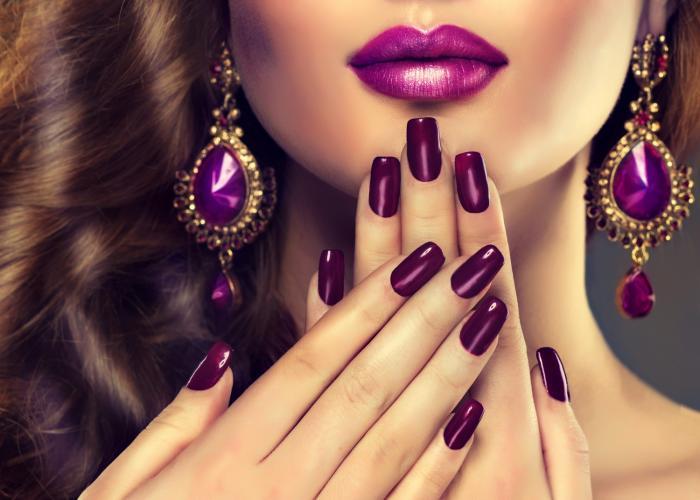 Nalakované nehty má každá dokonalá dáma.