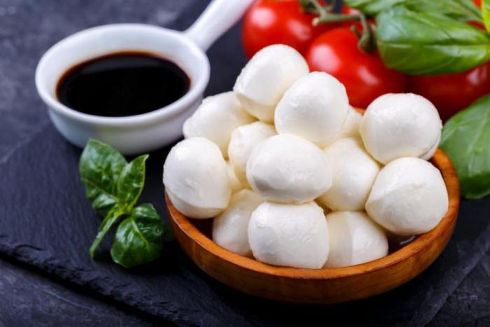Mozzarella u Čechů moc oblíbená není, zato se ale hodí do zdravého jídelníčku, a to i při hubnutí.