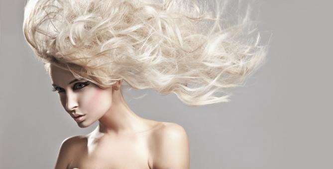 Péče o vlasy nemusí být drahá. Měla by být ale pravidelná.