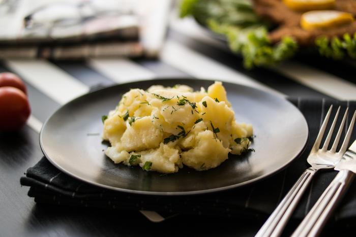 Vídeňský bramborový salát je bez majonézy, ale nemusíš se bát, že by byl suchý.