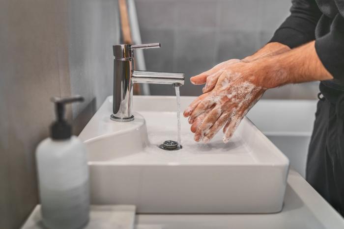 Mytí rukou je základ prevence.