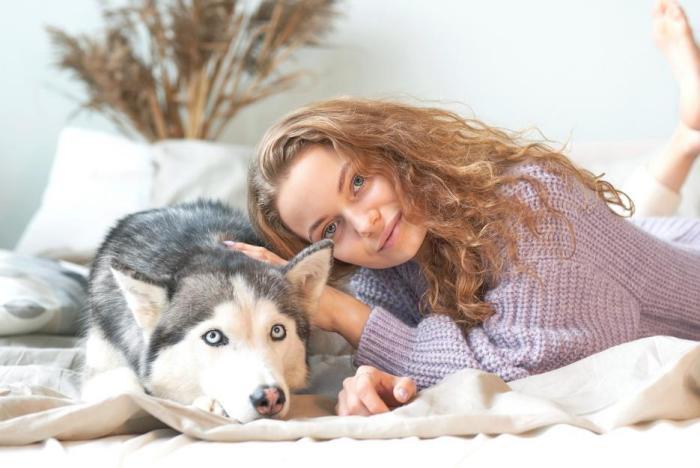 Pokud tě pes neruší při spánku, klidně si ho vezmi do postele.