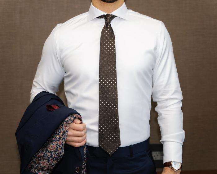 Vybrat pánskou košili nemusí být problém.