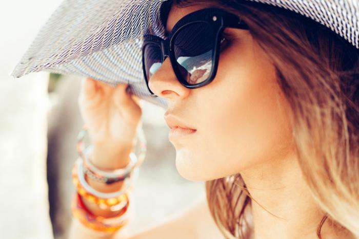 Vybrat si kvalitní sluneční brýle by měl být základ pobytu na slunci.
