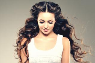 Pro zdravé vlasy je důležité zdravě jíst.