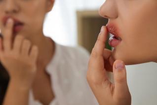 Opar na rtu způsobuje virus herpes simplex.
