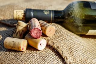 Otevřít lahev vína můžeš i bez vývrtky.