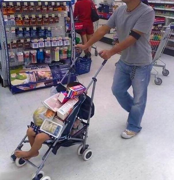 Zavalit dítě nákupem je úplně v pohodě.