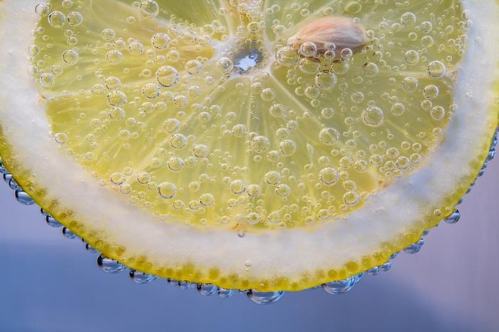 Pití vody s citrónem není vhodné pro ty, které trpí pálení žáhy.