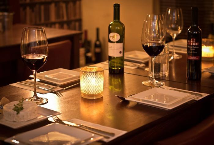 Romantická večeře vyžaduje správné oblečení a šperky.