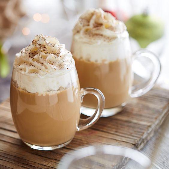 Eggnog latté se v zahraničí pojí hlavně s Vánocemi.
