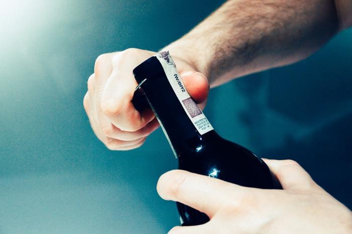 Víno se dá otevřít například nožem.