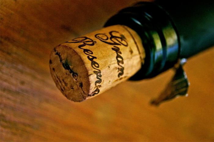 K otevření lahve může posloužit i cyklistický háček nebo hřebík s kladivem.