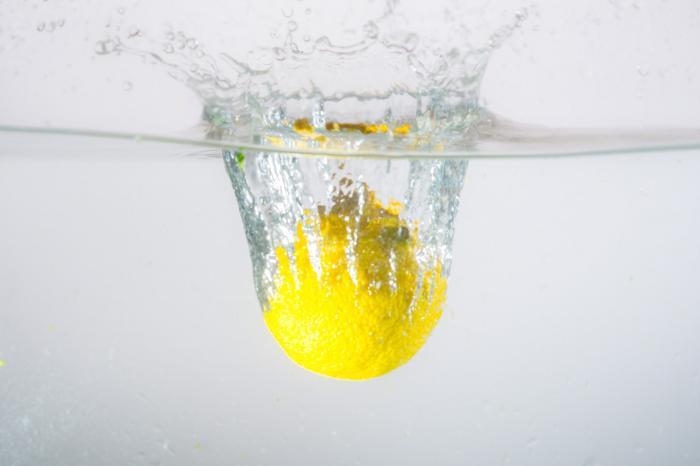 Voda s citrónem pomůže nastartovat metabolismus.