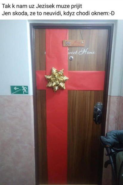 Vánoční výzdoba dveří? Raději ji nech uvnitř.