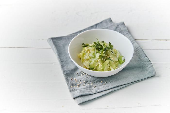 Připrav si jednoduchý asijský okurkový salát!